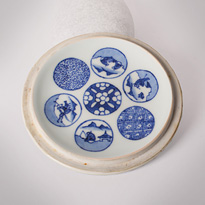 Shonzui style blue and white porcelain water jar (mizusashi) (lid, inside), Japan, Meiji era, circa 1900 [thumbnail]