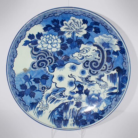 Large blue and white porcelain dish, Japan, Meiji era, 19th century